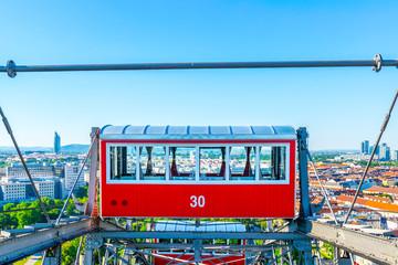 Wiener Riesenrad - Einzelner roter Waggon mit Blick auf Wien