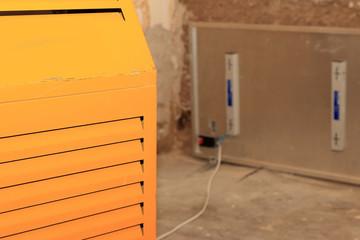 Luftentfeuchter und Wandtrockner im feuchten Zimmer