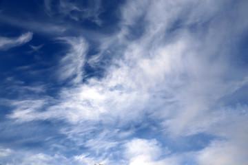 schlierige Wolken am blauen Himmel