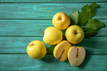 Fototapete - Ripe yellow apples on wooden background