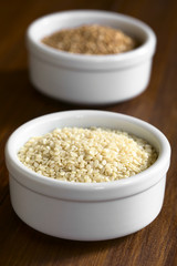 Weiße Sesam Samen in kleiner Schüssel, fotografiert mit natürlichem Licht (Selektiver Fokus, Fokus ein Drittel in die Sesamsamen)