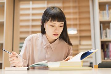 図書館で勉強する 女子大生
