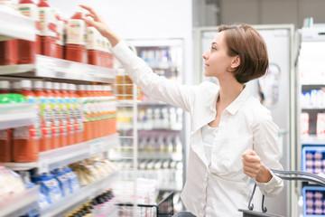 買い物をする女性(スーパーマーケット)