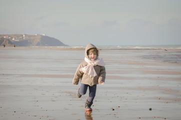 belle enfant sur la plage hors saison