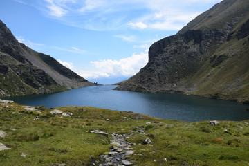 Lago de montaña en el parque natural del Alto Pirineo