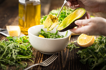 Preparation of avocados in green salad