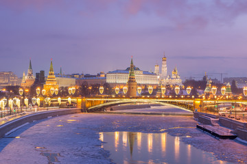 Foto op Plexiglas Aziatische Plekken Moscow Kremlin and Frozen Moscow River at Sunrise in Winter. Pink Sky with Clouds. Russia.