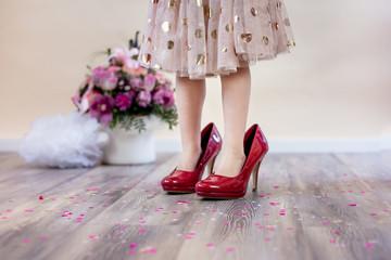 Kleines Mädchen in Mamas Schuhen