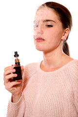 Junge Frau mit E-Zigarette