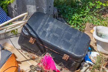 ordures, vieille valise, dépôt sauvage