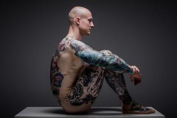 mężczyzna z tatuażem w studio