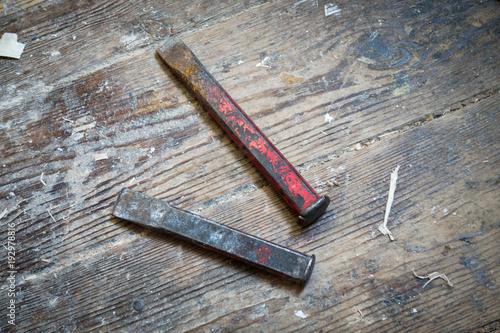 Werkstatt Holzboden alte schlageisen und metall meißel werkzeuge auf werkstatt holzboden