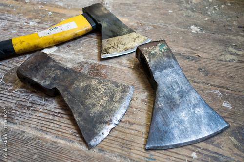 Werkstatt Holzboden alte und stumpfe axt mit ersatz köpfe auf werkstatt holzboden