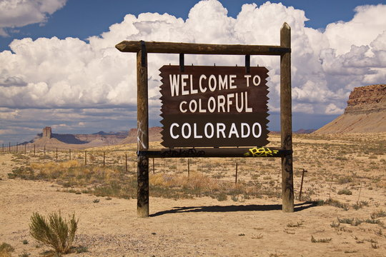 Welcome to Colorado signpost at the border of Colorado in the USA
