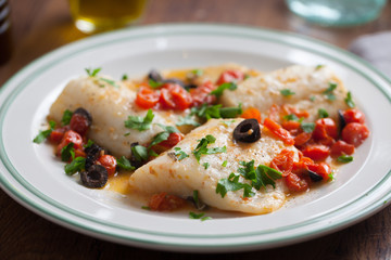 Photo sur Plexiglas Poisson Fish fillet with cherry tomatoes and olives