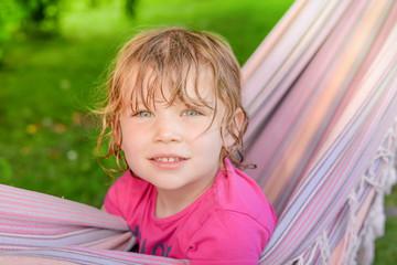 enfant à l'ombre dans un hamac