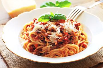 Spaghetti Bolognese mit frisch geriebenem Parmesan