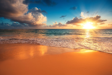 Photo sur Aluminium Brique Beautiful sunrise over the sea. Tropical beach.