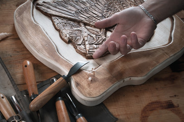 2998956 Wood carving, hand of a craftsman for the tool,