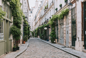 Stores à enrouleur Europe Centrale Cozy street in Paris, France