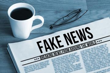 Eine Tasse Kaffee und eine Zeitung mit dem Namen Fake News