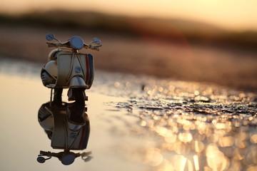 Modell Motorroller vor untergehender Sonne