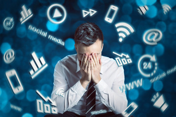 Mann ist überlastet mit der digitalen Welt