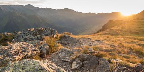 Sonnenaufgang über den Bergen im Herbst als Panorama