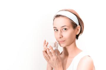 グラスに入った水を手に持つ女性