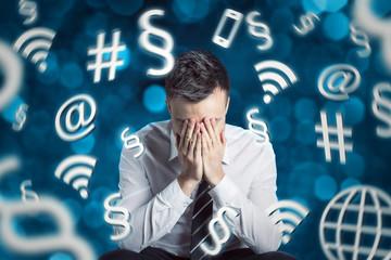 Mann umgeben von Internet und Paragraph Symbolen