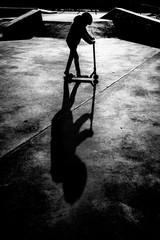 skate park trotinette scooter jeune enfant adolescent loisir street flat contre jour noir et blanc style figure
