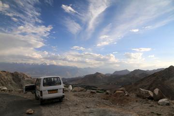 samochód terenowy stojący na drodze górskiej przełęczy w himalajach