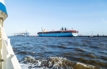 Hafenrundfahrt durch den Containerhafen in Bremerhaven, Anlegemanöver eines Containerschiffes