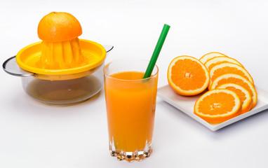 Succo d'arancia gialla su fondo bianco, fuoco selettivo