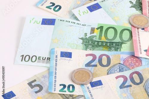 Verschiedene Euroscheine Und Münzen Liegen Im Studio Stockfotos Und