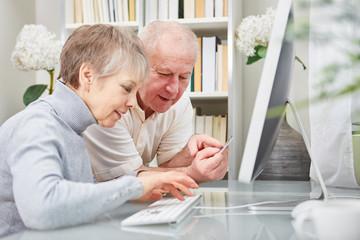 Senioren beim online Shopping