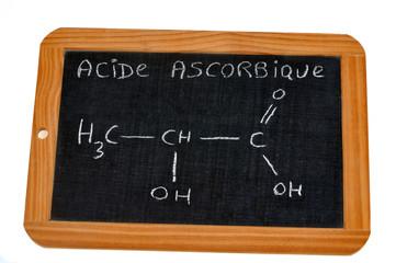 Formule chimique de l'acide ascorbique écrite sur une ardoise
