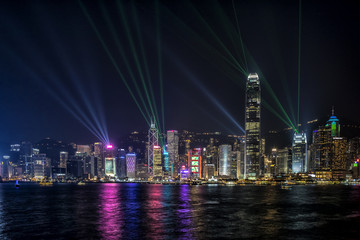 Fotomurales - Hong Kong Central Business District at night with laser beam