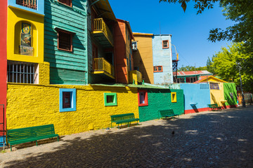 Photo sur Plexiglas Buenos Aires Colorful area in La Boca neighborhoods in Buenos Aires. Street is a major tourist attraction & the area is filled with colorfully painted buildings.