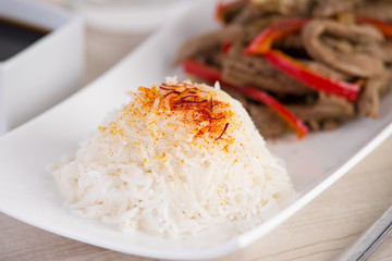 Asiatische Rindfleischstreifen mit Gemüse und Reis