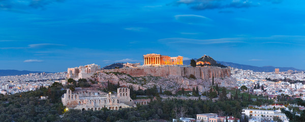 Papiers peints Athenes Aerial view of the Acropolis Hill, crowned with Parthenon, above of the city skyline during evening blue hour in Athens, Greece