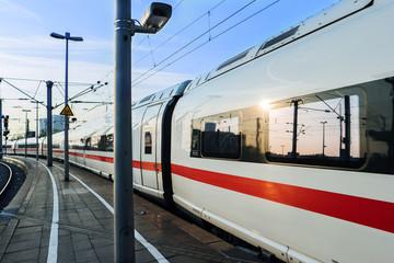 Zug am Kölner Bahnhof