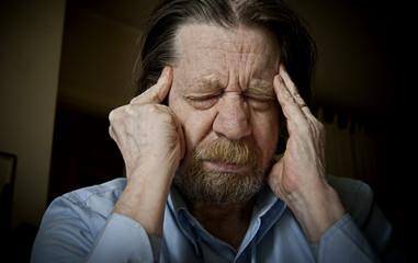 Uomo anziano dolorante, Cefalea, emicrania, mal di testa