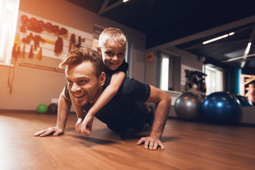 Papiers peints Fitness Father and son in the gym. Father and son spend time together and lead a healthy lifestyle.