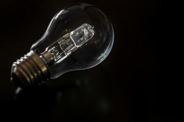 ampoule halogène e27 sur fond noir 1