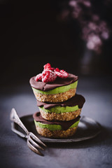 Foto op Aluminium Dessert Veganes Avocado-Schokoladen Tartlette