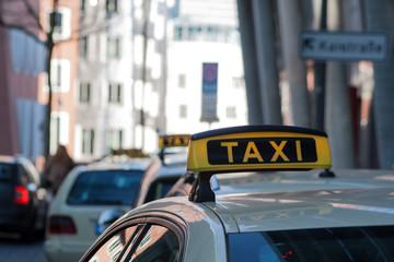 Taxis warten in Düsseldorf auf Fahrgäste und Passagiere