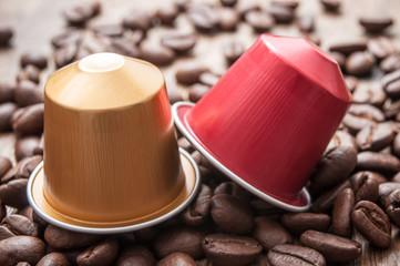 dosette de café expresso avec grains de café sur table en bois