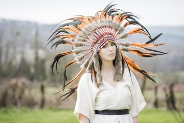 femme indienne avec coiffe de plume