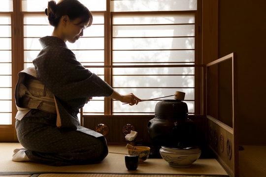 着物の女性 茶道